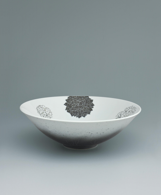 Bowl with pearlbush design in overglaze enamel and sumi-hajiki_Imaemon Imaizumi XIV©Japan Kôgei Association