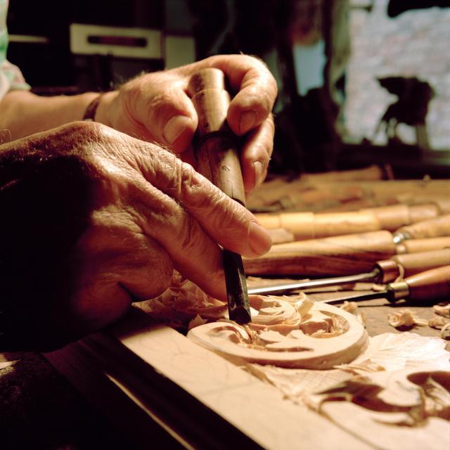 Cabinetmaker Bruno Barbon at work - Susanna Pozzoli © Michelangelo Foundation