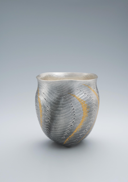 Silver flower vessel made by hammer work_Blue sea_Yukie Osumi Artisan©Japan Kôgei Association